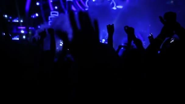 Tančící dívka a muž fanoušci siluety na koncert blikající světlo veselý rukama ve vzduchu