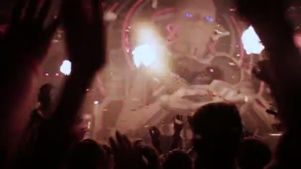 tanec na festivalu elektronické hudby