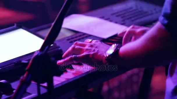 člověk hraje na syntezátor