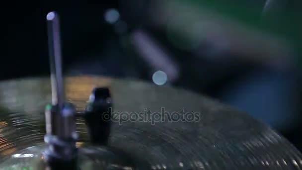 Bubeník hraje crescendo na hi hat činely