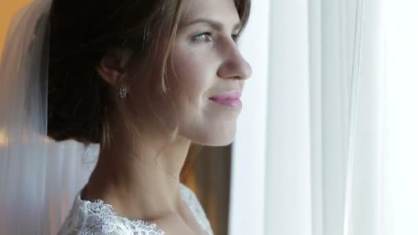 Krásná žena v prádlo stojící poblíž velké okno