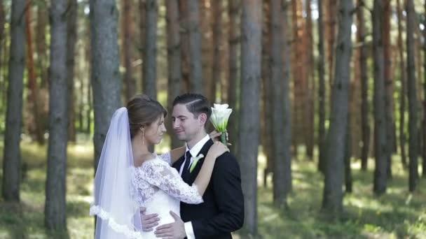nevěsta a ženich v parku