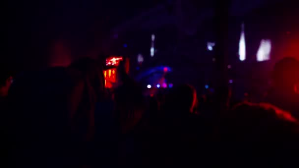die Menge tanzt auf einem Musikfestival