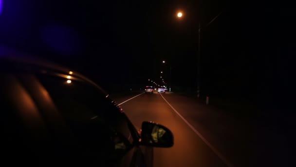 Policejní pronásledování vysoké rychlosti na dálnici v noci