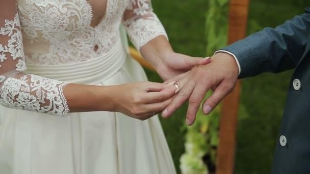Hezká nevěsta opotřebení prsten na prst podkoní.