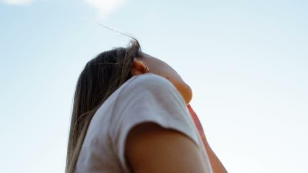 Detail tváře krásné dívky v paprscích zapadajícího slunce