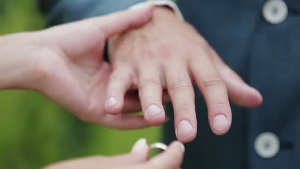 Nevěsta má na sobě prsten na jejího manžela