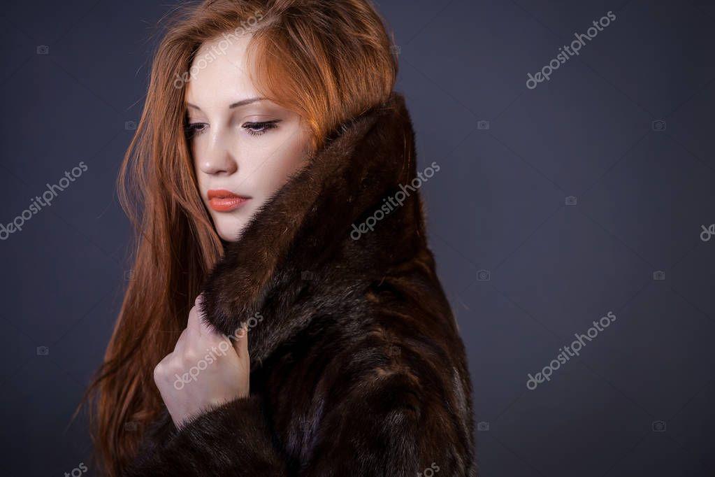 Señora de abrigo de piel elegante — Foto de stock © Amvorsuf #128966202