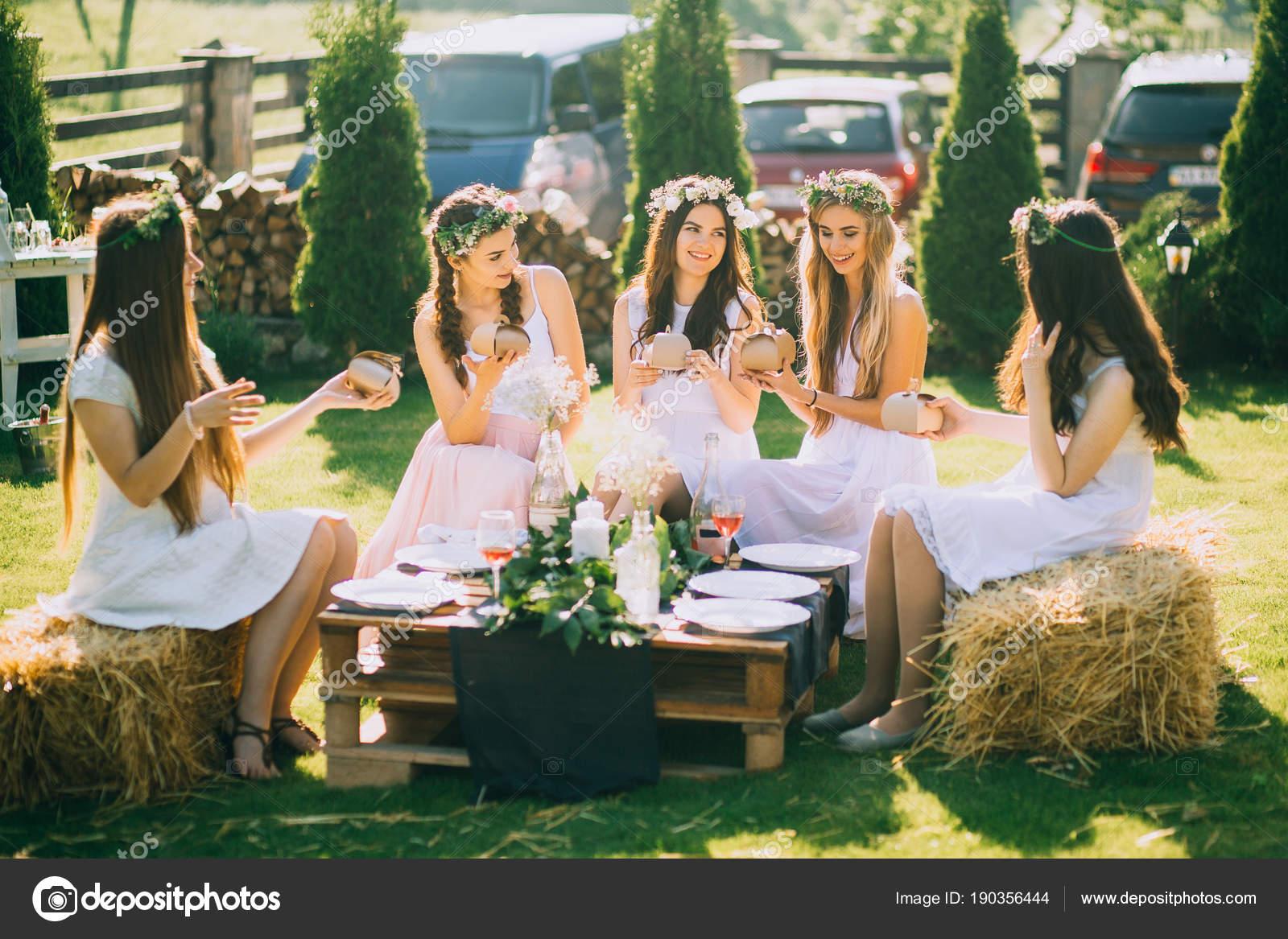 Freundinnen Und Braut Feiern Polterabend Vor Der Hochzeit ...