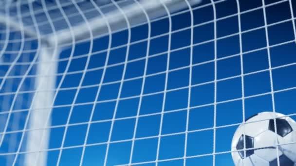 Gyönyörű futball-labda repül cél nettó lassítva kék esti ég alatt. Labdarúgás cél pillanatban 3D-s animáció. 4k Uhd 3840 x 2160.