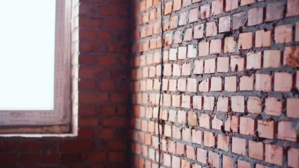 Zeď s červenými cihlami