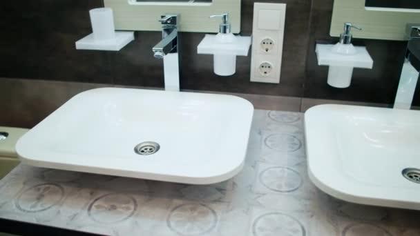 moderní koupelna v domě s krásným designem