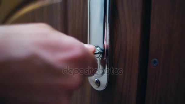 Bezpečnostní zámek vchod do domu