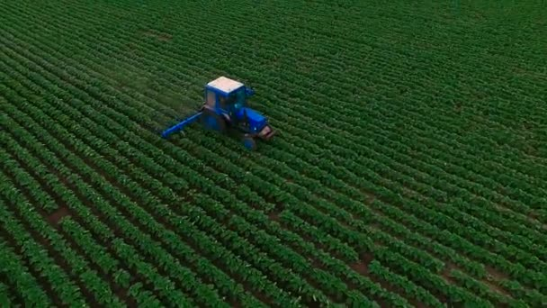 Traktor orat pole. Letecká fotografie