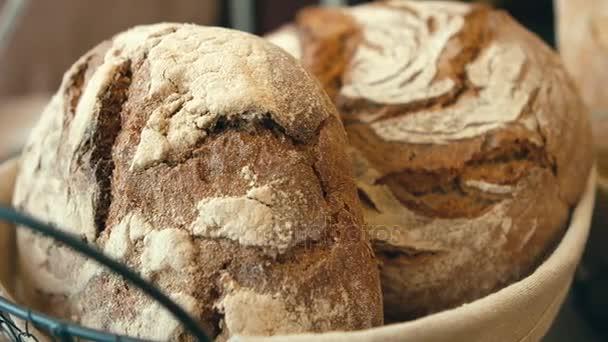 friss, ökológiai kenyerek sült egészséges dióval és szezámmag