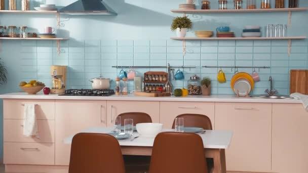 Luxusní kuchyňský interiér, bez lidí