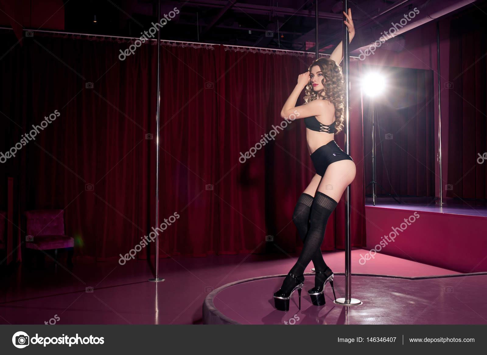 Сексапильная красотка танцует стриптиз на шесте