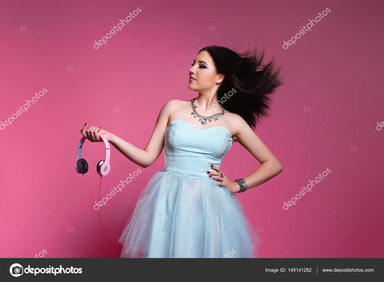 Morenas de moda sobre fondo rosa. chica en un vestido azul con ...