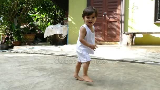 dítě běží na ulici