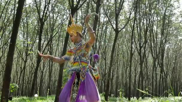 Nóra pedig egy klasszikus népi regionális tánc, Thaiföld