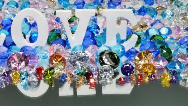 Das weiße Wort Liebe befindet sich auf dem Gebiet der bunten Diamanten. Liebe ist ein Wort für Liebe Valentinstag.