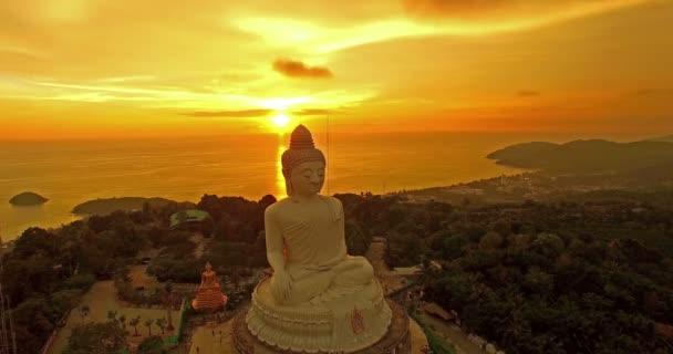 légi fotózás Phuket nagy Buddha-szobortól a magas hegyre. Phuket Big Buddha egyike a sziget legfontosabb és Tisztelt tereptárgyak Phuket szigetén.