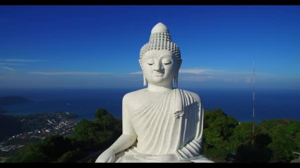 letecký pohled zblízka na Phuket velká socha Buddhy na vrcholu hory