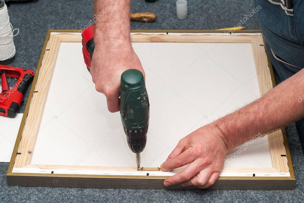 Handwerker arbeiten auf Bilderrahmen im Rahmen-Shop. Professionelle ...
