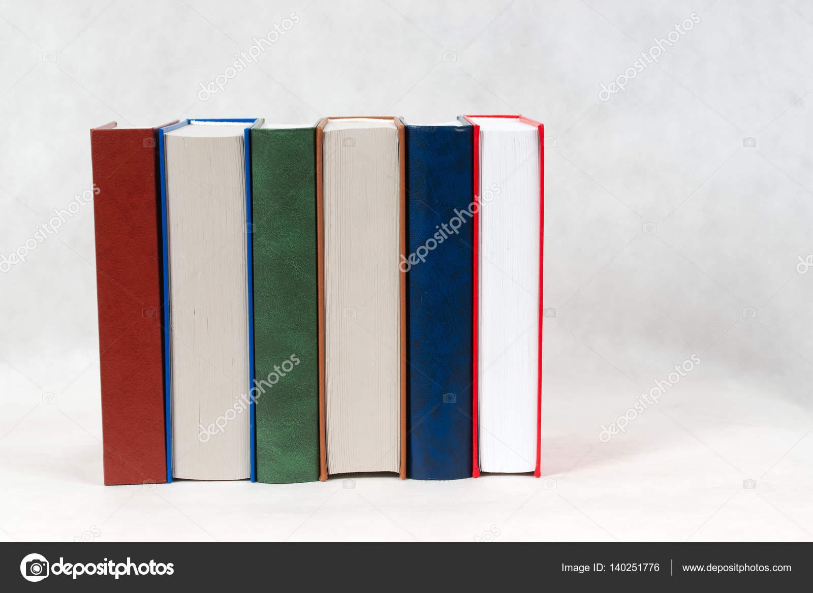 Libro abierto, la pila de libros de tapa dura en la mesa — Foto de ...