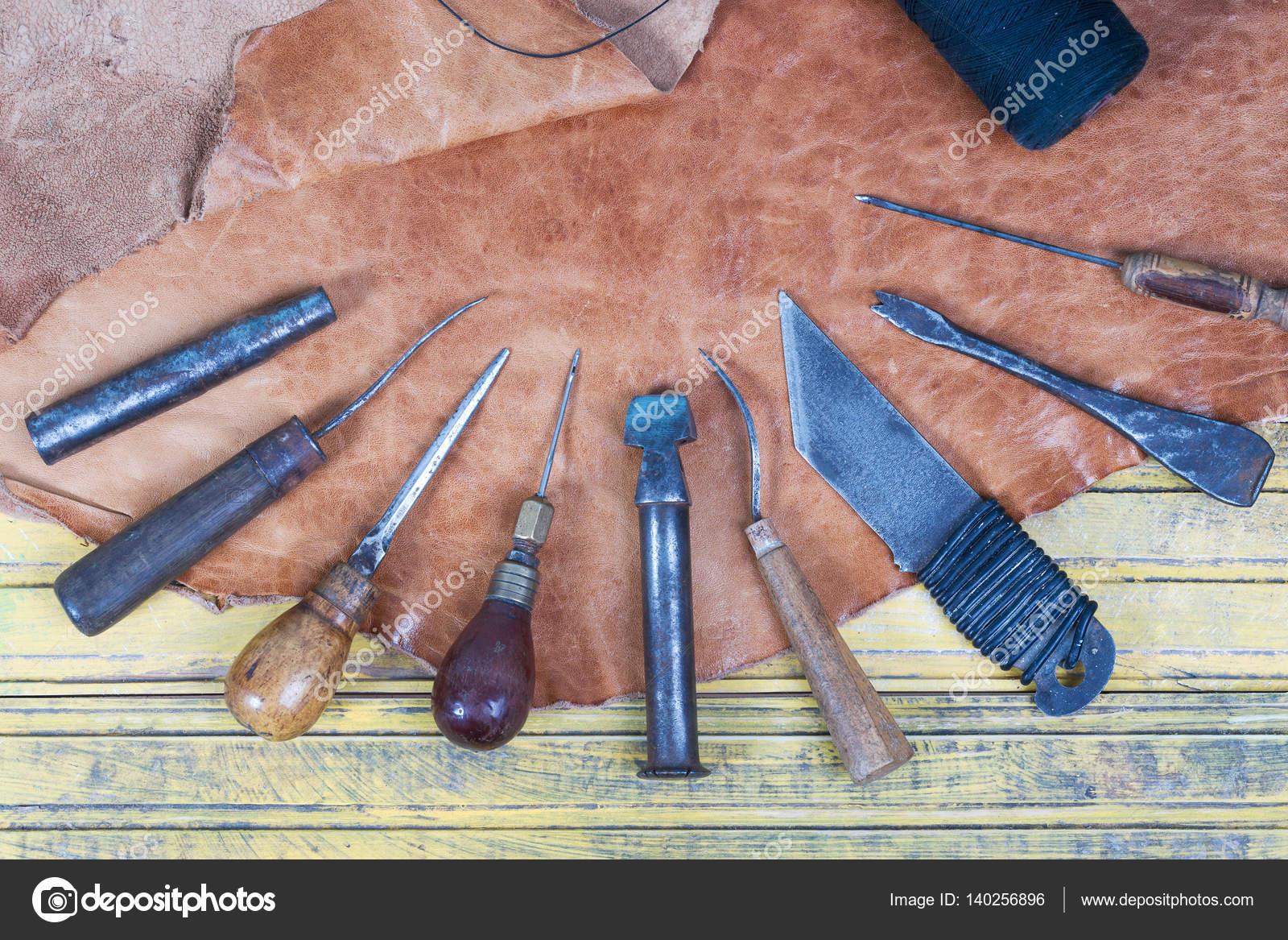 Herramientas de artesan a de cuero sobre un fondo de - Herramientas de madera ...