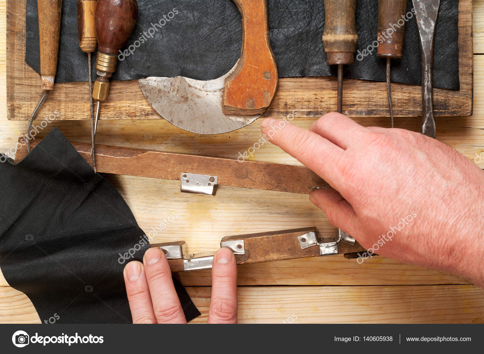 Herramientas de artesanía de cuero sobre un fondo de madera ...