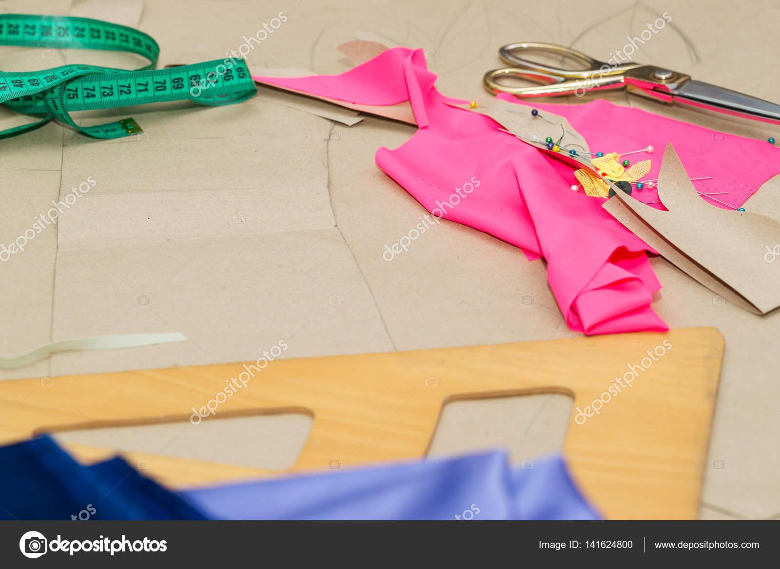 Tavolo Da Lavoro Per Cucire : Tessili per cucire o un panno forbici d oro puntaspilli e tessuto