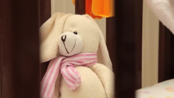 Nádherný medvídek v dětské postýlce