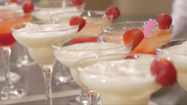 Tisch mit Cocktails am Abend