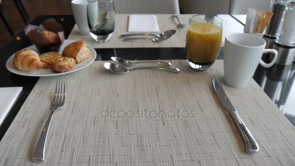 A pincér szállít az étel egy étteremben