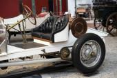 Egy régi veterán autó eleje