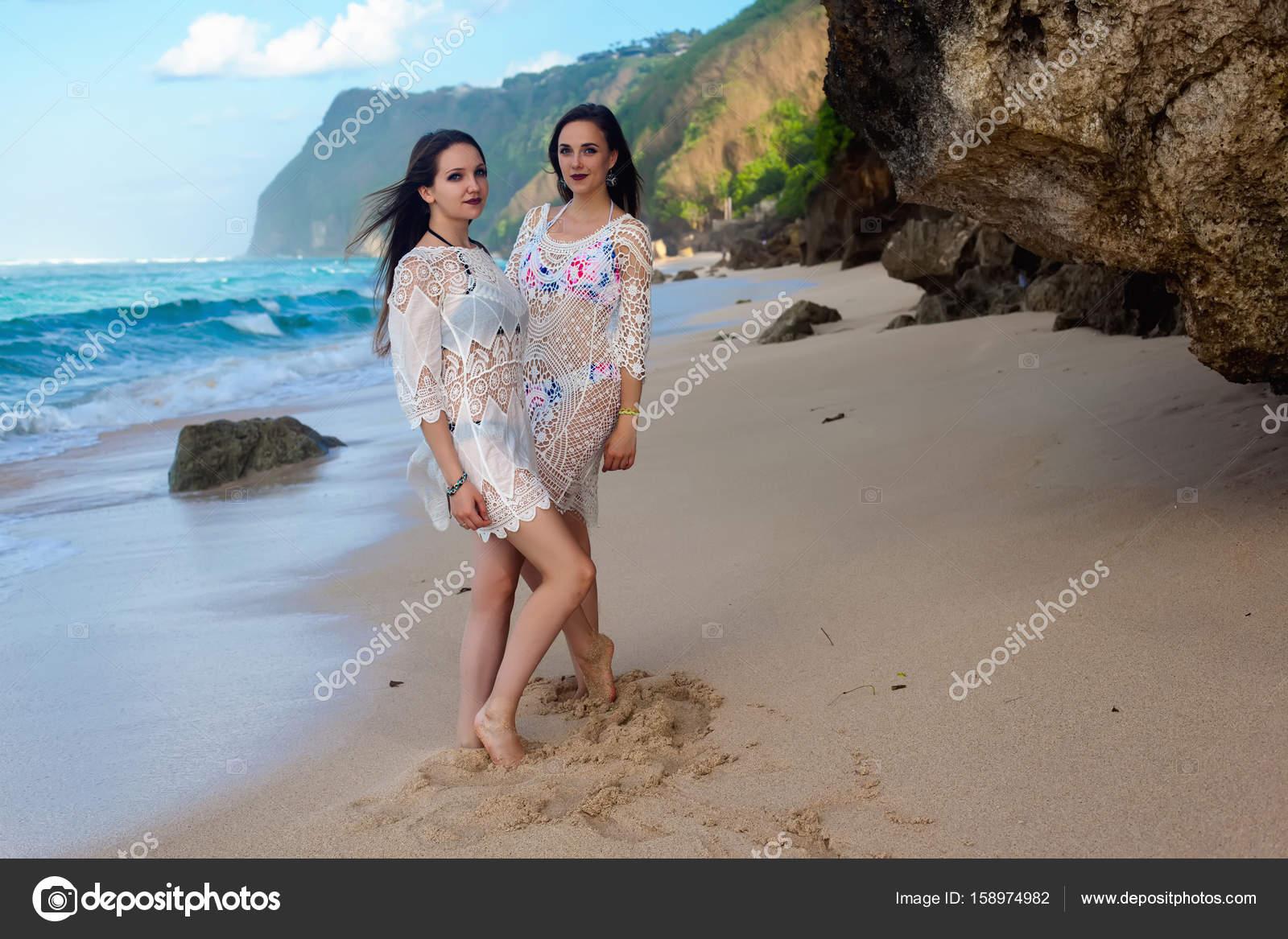 Девчата на диком пляже — img 1