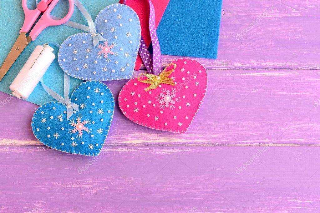 Corazones fieltro manualidades decoraci n con bolas y - Bolas de navidad de fieltro ...