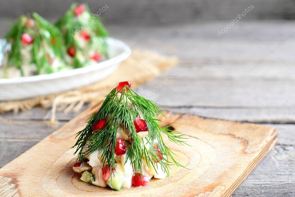 Salat-Weihnachtsbaum. Salat mit Fleisch, Pilzen, Gurken und Eiern ...