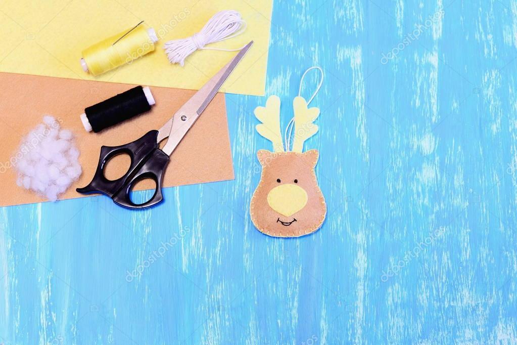 Beige fieltro adornos de renos, tijeras, hilo, aguja, cable, relleno ...
