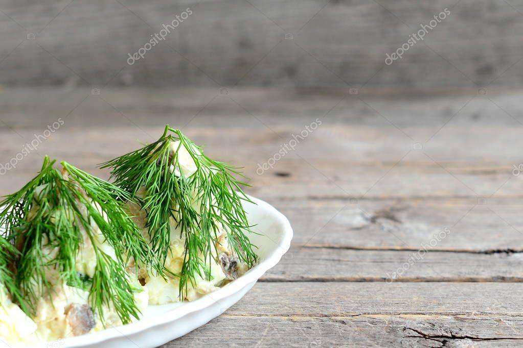 Weihnachtsbaum-Salat auf einem Teller. Salat mit Fleisch, Pilzen ...