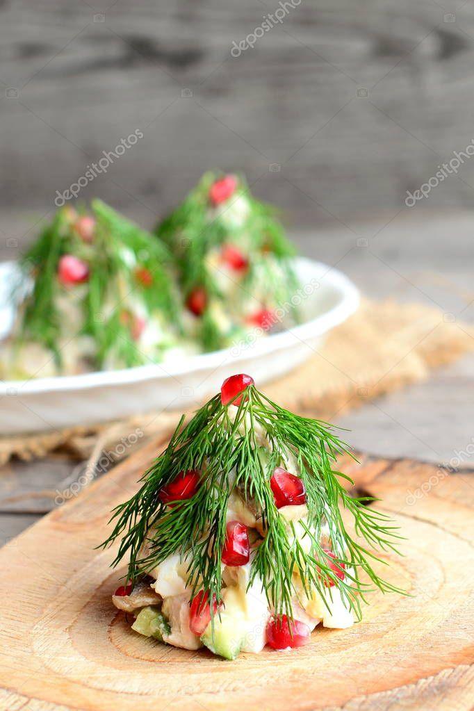 Weihnachtsbaum-Salat. Salat mit Fleisch, Champignons, Gurken und ...