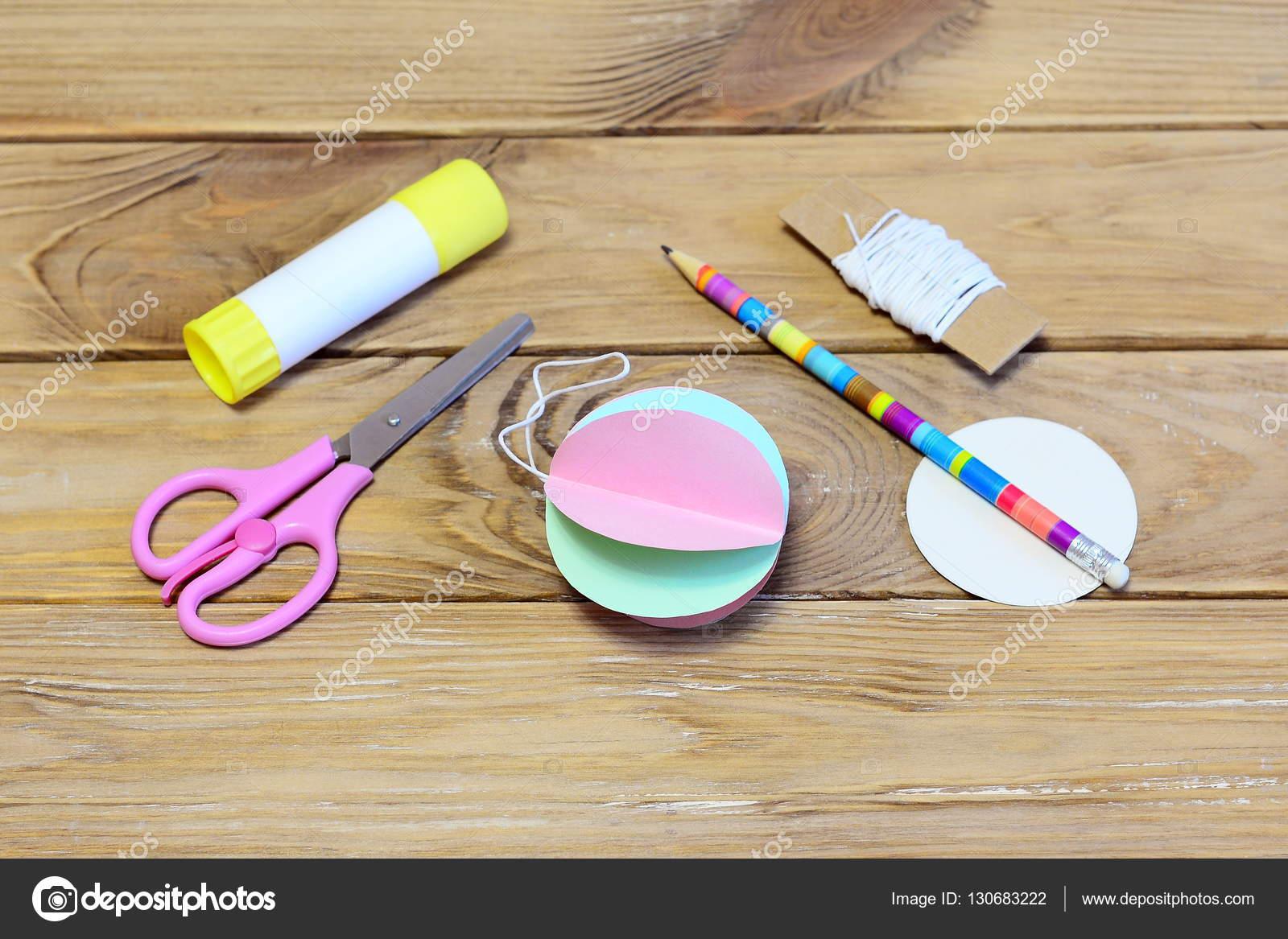 Comment Faire Des Arbres En Papier à comment faire un papier de couleur noël boule ornement. Étape