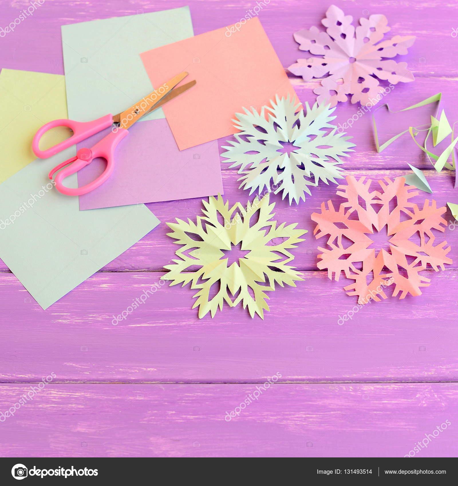 Adornos de copos de nieve de papel de colores, coloreada hojas de ...