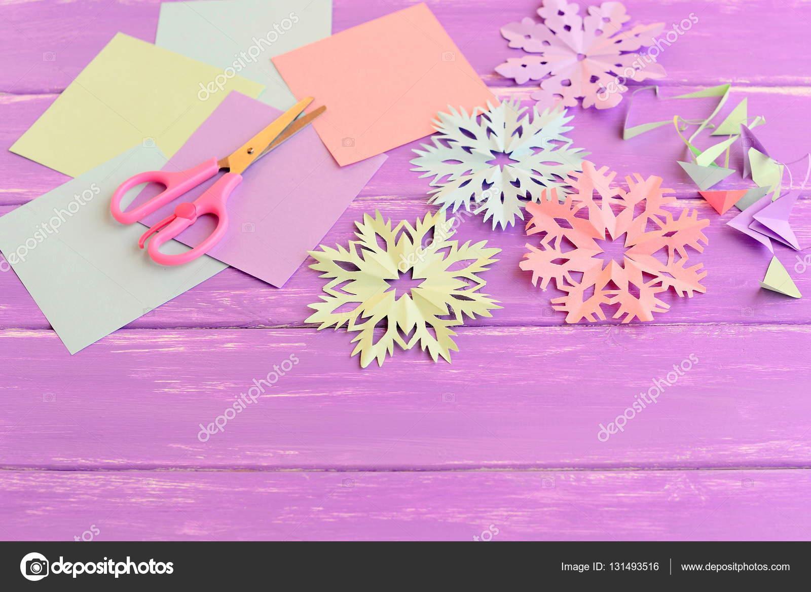 Copos de nieve de papel de colores, hojas de papel de color y ...