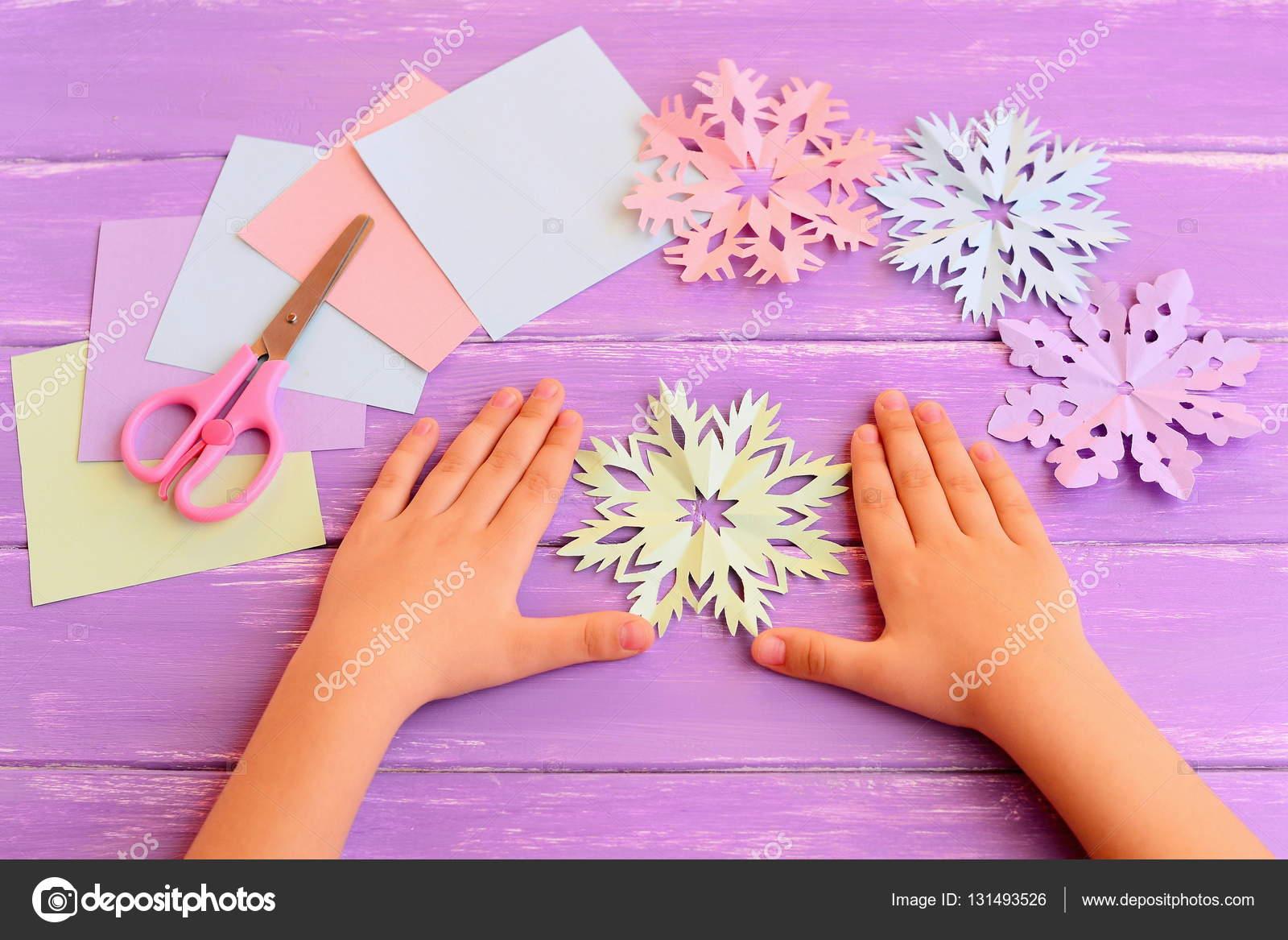 Fiocchi Di Neve Di Carta Facili : Piccolo bambino mostra i fiocchi di neve di carta mani dei