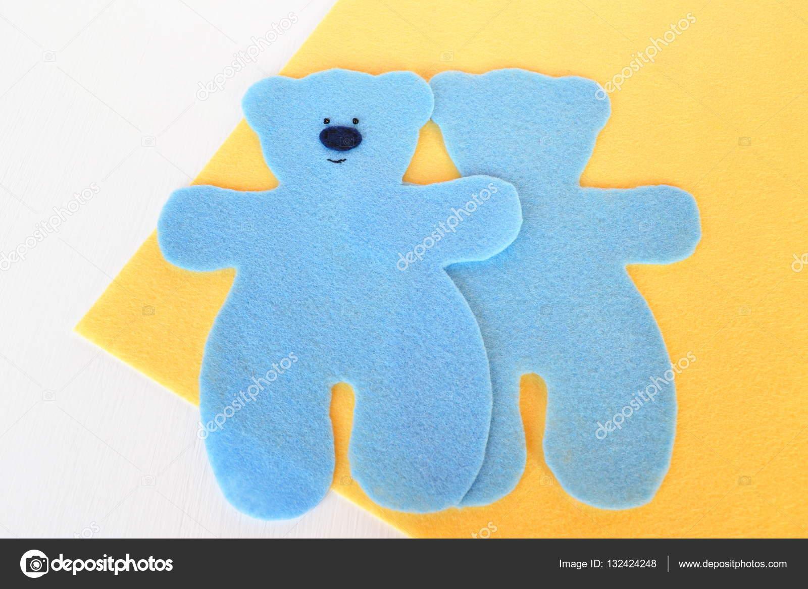 Handgefertigte Filz Bär Set - blaue Filz Bär setzen auf gelbem ...
