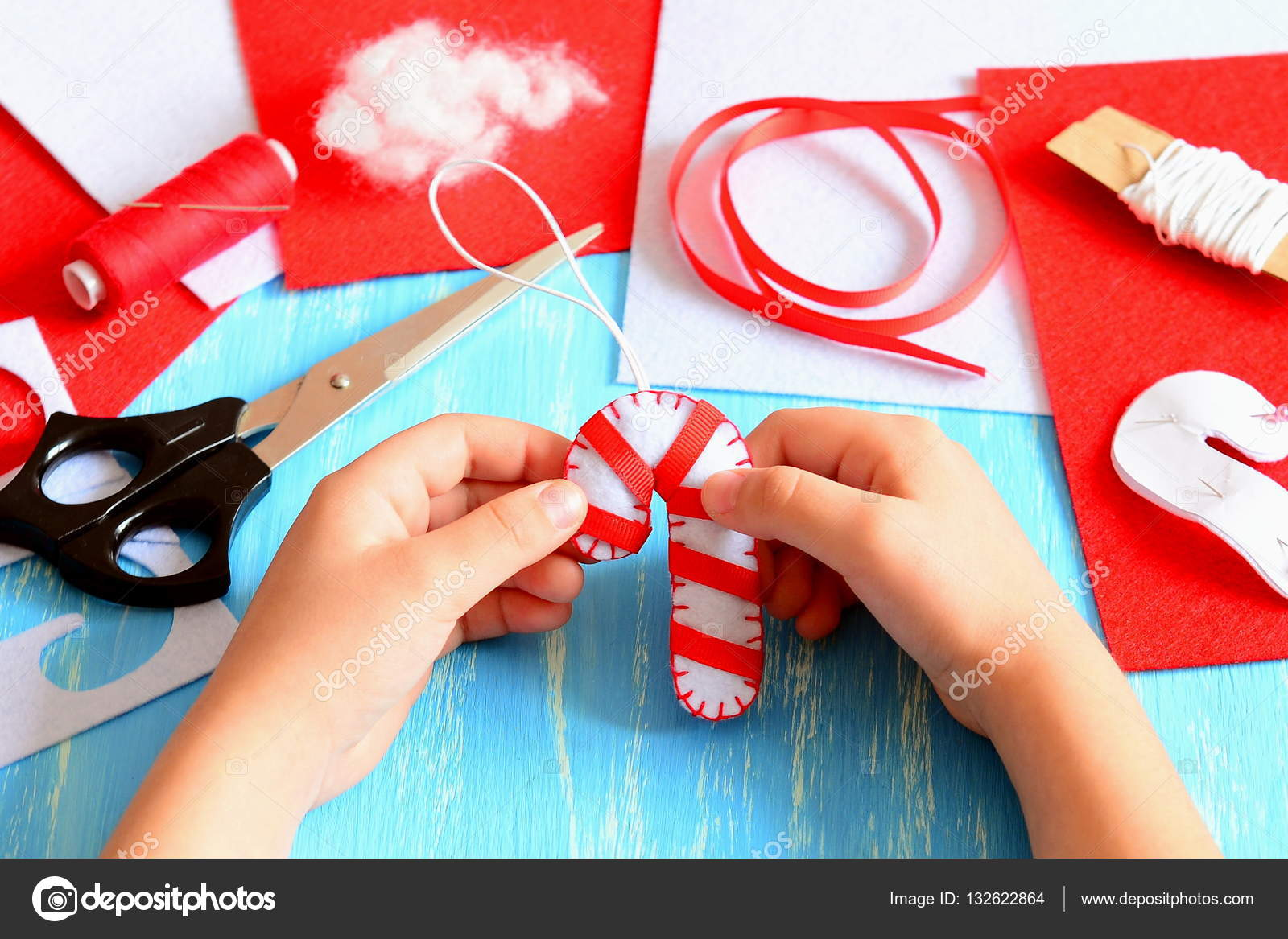 Baston de navidad en fieltro ni o peque o sostiene que for Adornos navidenos que pueden hacer los ninos