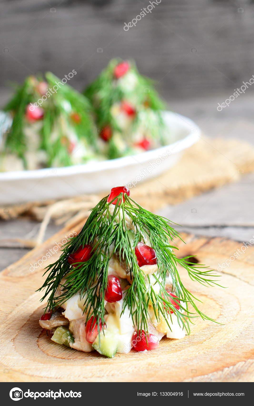 Salat in der Form von Weihnachtsbäumen auf einem Holzbrett ...