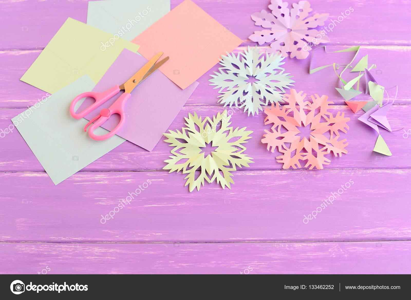 Fiocchi Di Neve Di Carta Tutorial : Fiocchi di neve di carta rosa verde blu e viola. insieme del